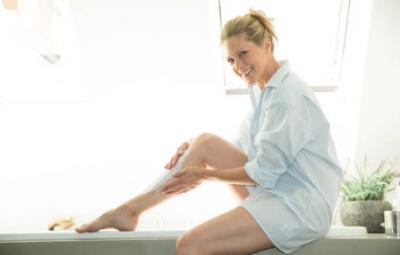 Femme qui s'épile les jambes