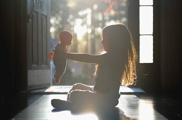 Jouer à la poupée favorise le développement de l'enfant